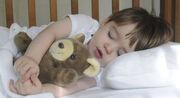 Το καλοκαίρι, η ημέρα διαρκεί περισσότερο και αργεί να σκοτεινιάσει, γεγονός που δυσκολεύει ακόμα περισσότερο το μωρό σας να κοιμηθεί. Κλείστε τις κουρτίνες στο παιδικό δωμάτιο και δημιουργήστε το κατάλληλο περιβάλλον για να μπορεί το μωρό σας να κοιμηθεί πιο εύκολα.