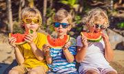 2. Μην είστε πολύ επικριτική με τους γονείς που δίνουν στα παιδιά τους junk food. Αφενός δεν ξέρετε αν το έχει κάνει και η μαμά που έχετε απέναντί σας, αφετέρου σίγουρα και εσείς κάποιες φορές έχετε δώσει στο παιδί σας σουβλάκι, πίτσα ή κάποιο άλλο junk food.