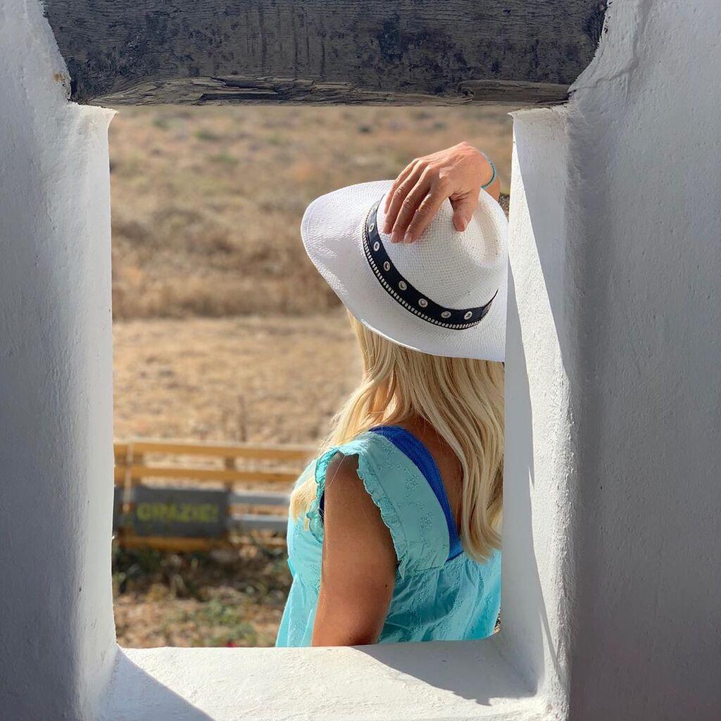 «Bonjour», σχολίασε κάτω από τις φωτογραφίες της και όπως ήταν φυσικό οι διαδικτυακοί της φίλοι, έσπευσαν να της στείλουν τα φιλιά και τους χαιρετισμούς τους!