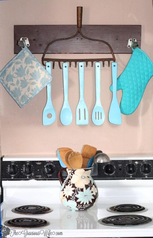 Έχετε σπίτι σας μια παλιά τσουγκράνα από κάποιον παππού ή γιαγιά; Αντί να την έχετε στην αποθήκη, εκμεταλλευτείτε την στη διακόσμηση της κουζίνας σας!