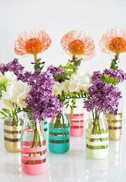 Βάλτε χρώμα στη ζωή σας και στο σπίτι σας, προσθέτοντας λουλούδια και στην κουζίνα. Αντι για βάζα, χρησιμοποιήστε όμορφα γυάλινα μπουκάλια.