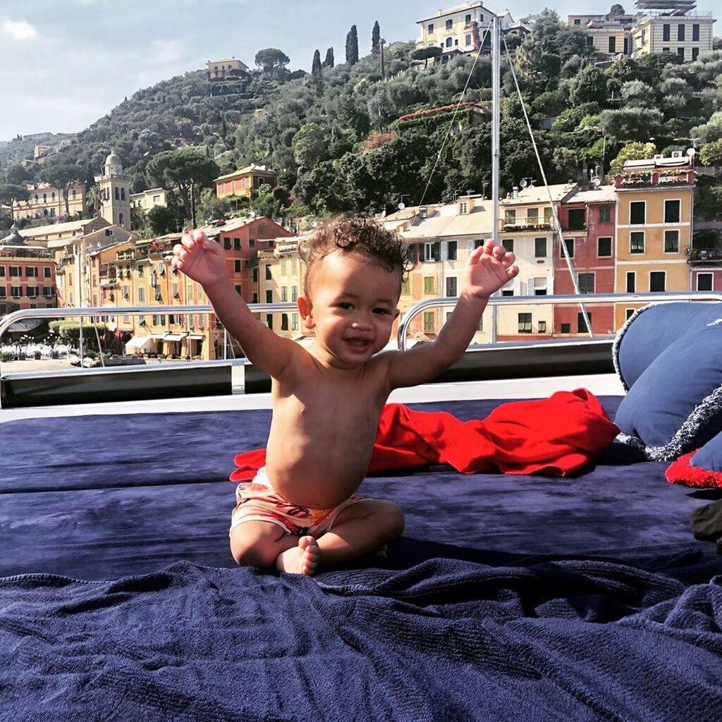 Την φωτογραφία αυτή του Miles δημοσίευσαν και οι δύο γονείς του στο Instagram. Η Teigen αστειεύτηκε μάλιστα πως θα κλέψει την εν λόγω πόζα από τον John μιας και η ίδια έχει περισσότερους followers.