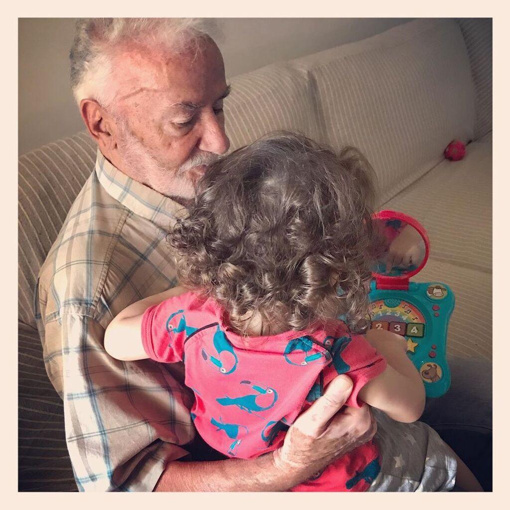 Η κόρη της είναι η μεγαλύτερή της αδυναμία. Εδώ η μικρή με τον παππού της.