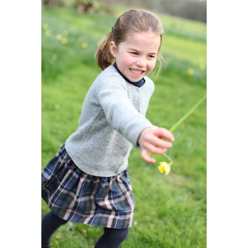 Charlotte: σημαίνει «μικροσκοπική και θηλυκή» (θηλυκή έκδοση του Charles)  1. Τιμή στον παππού της, Πρίγκιπα της Ουαλίας, με πλήρες όνομα Charles Philip Arthur George.  2. Μνεία στον θείο της, Πρίγκιπα Harry, του οποίου το πλήρες όνομα είναι Henry Charles Albert David  3. Μνεία επίσης στη θεία της, Pippa Matthews (Middleton) που το μεσαίο όνομα να είναι Charlotte.  4. Και προς τιμήν και στον Κόμη Spencer (αδελφός της Diana), του οποίου το όνομα είναι Charles.