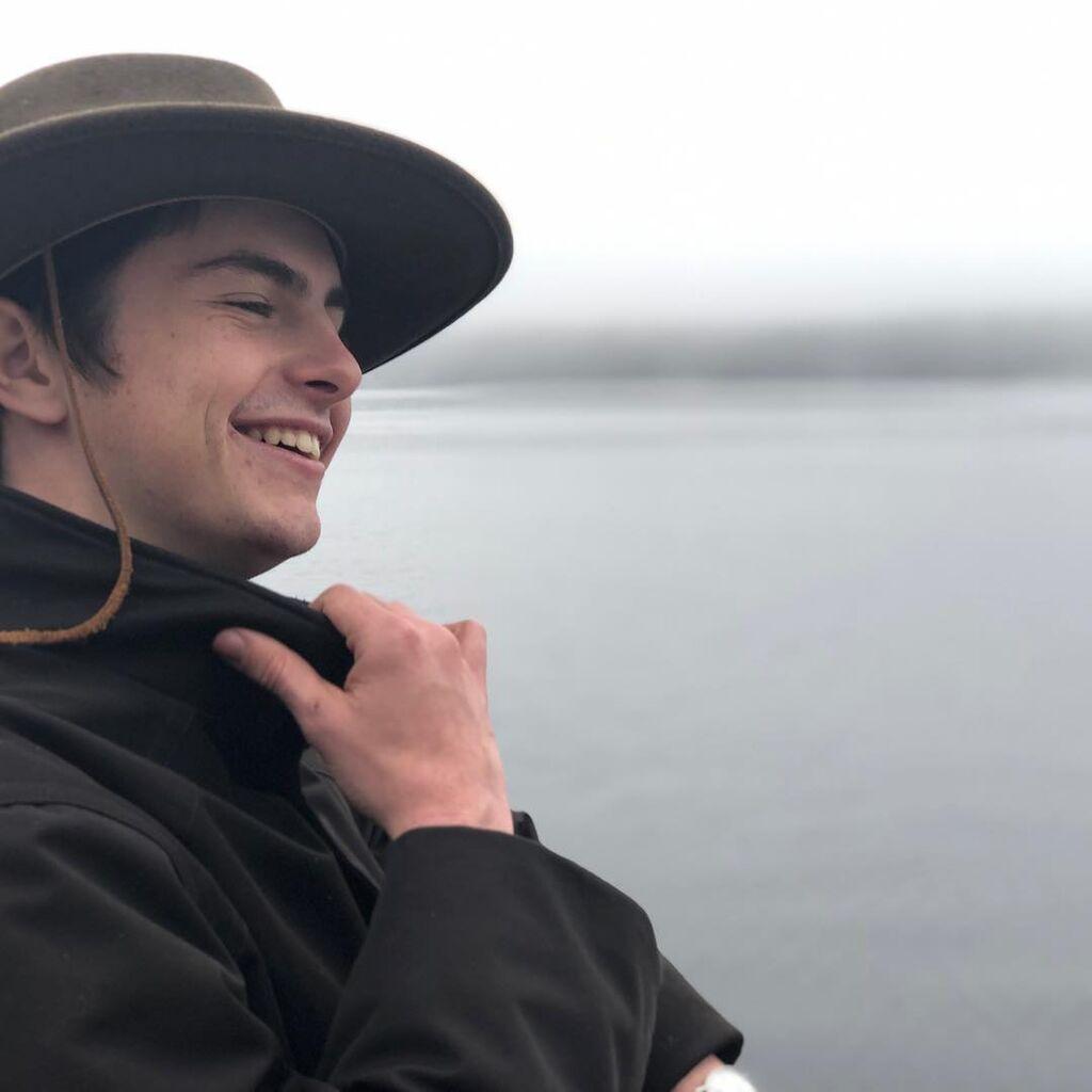 O Dylan Douglas είναι 19 ετών και έχει ήδη ακολουθήσει τα βήματα των γονιών του  καθώς έχει κάνει τα πρώτα του βήματα στην υποκριτική.