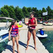 """Εκτός από το σερφ όμως της αρέσει πολύ και το θαλάσσιο σκι, όπως και στην κόρη της. """"Let's do it bb?#keepup #sealovers #beachlife #keepmoving #sportlife #summer #ski"""" , έγραψε ως σχόλιο δίπλα στη φωτογραφία."""