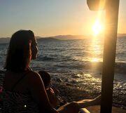 Απολαμβάνοντας το ηλιοβασίλεμα αγκαλιά με τον μικρό Κίμωνα!