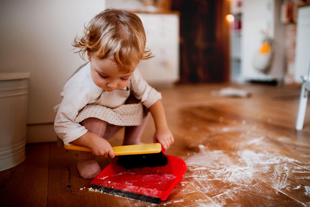 2-3 ετών: Σε αυτήν την ηλικία, το να αναθέτετε κάποια πράγματα στο μικρό σας είναι σημαντικό γιατί με αυτόν τον τρόπο αποκτά την πρώτη του επαφή με την έννοια της ευθύνης. Οι κατάλληλες δουλειές του μικρού σας στην ηλικία των 2-3 είναι να βάζει τα ρούχα από το πλυντήριο στη λεκάνη, να μαζεύει τα παιχνίδια του, να φυλάει τα βιβλία στην βιβλιοθήκη, εάν έχετε κατοικίδιο να το ταΐζει και να πετάει μόνο τους τις πάνες του.