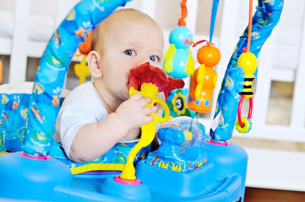 Όχι! Σε αντίθεση με τη δημοφιλή πεποίθηση, οι στράτες δεν βοηθούν στη σωματική ανάπτυξη του μωρού ούτε κάνουν το μωρό να περπατά καλύτερα.
