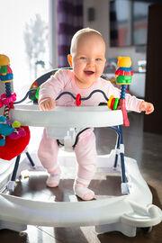 Ένα βρέφος θα σηκωθεί και θα περπατήσει με τα πόδια όταν εκείνο είναι έτοιμο. Γι' αυτό μάλιστα υπάρχουν και οι περιπτώσεις που ένα παιδί μπορεί να περπατήσει από τον 10ο μήνα, ανεξάρτητα από το αν χρησιμοποιεί στράτα ή όχι.