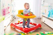 Μία στράτα, μπορεί να καθυστερήσει τη σωματική ανάπτυξη επειδή το μωρό θα χρησιμοποιήσει τους μυς των ποδιών του διαφορετικά από ότι συνήθως.