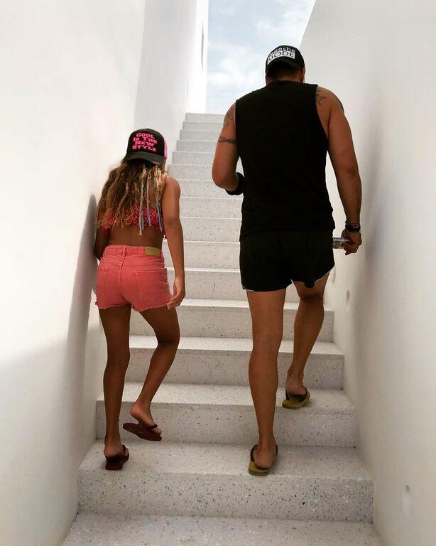 «Διακοπές μπαμπά και κόρης!!! @yannisaivazis #isminou #loveu #mysunshine #mylove #fatheranddaughter #my only sunshine», σχολίασε ο ηθοποιός κάτω από τη φωτογραφία που τον δείχνει στην παραλία με την κόρη του.