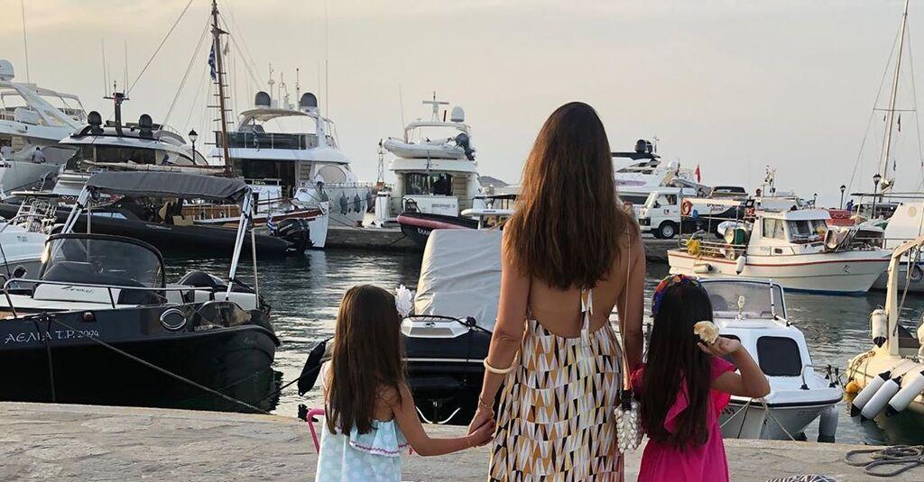 Η πρώτη φωτογραφία από τις φετινές διακοπές της Σταματίνας Τσιμτσιλή στην οποία ποζάρει με τις δύο κόρες της.