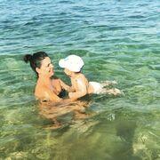 """""""Το καλύτερο μπάνιο της ζωής μου!!! """" σχολίασε η ηθοποιός που δεν έχει μάτια παρά μόνο για τον γιο της"""