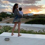 Με τον γιο της απολαμβάνει το ηλιοβασίλεμα