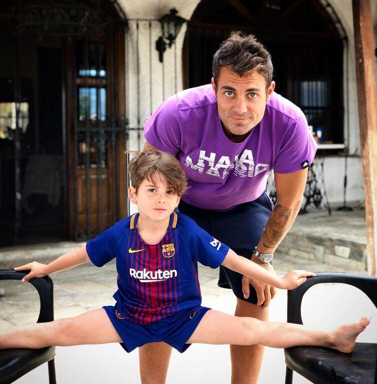 Ο Στέλιος Χανταμπάκης ανεβάζει πολύ συχνά φωτογραφίες με τον γιο του και την κόρη του.  Σε αυτήν τον βλέπουμε με τον γιο του Μανώλη...