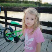 ...και εδώ βλέπουμε τη μικρή Μαλένα να ποζάρει στο φωτογραφικό φακό.