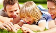 Να κάνουμε καλές πράξεις  Σε μια οικογένεια, οι πράξεις καλοσύνης πρέπει να είναι ο κανόνας, όχι κάτι που μας εκπλήσσει. Αλλά αυτό ξεκινάει από τους γονείς. Όταν τα παιδιά βλέπουν τη μαμά και τον μπαμπά να δείχνουν καλοσύνη μεταξύ τους και σε άλλους εκτός οικογένειας, είναι σίγουρο ότι θα τους μιμηθούν.