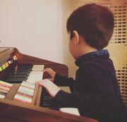 2. Να αγαπούν τη μουσική: Η μουσική δημιουργεί αναμνήσεις, εικόνες και φέρνει τον έναν με τον άλλο κοντά.
