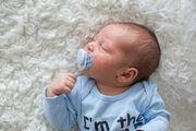9. Κάποια νεογέννητα εμφανίζουν κοκκινίλες στο δέρμα ή μικροσκοπικά σπυράκια. Μην ανησυχείτε. Το πιθανότερο είνια ότι έχουν προκληθεί λόγω των κατάλοιπων κάποιοων ορμονών που του κληροδοτήσατε κατά τη διάρκεια της εγκυμοσύνης.