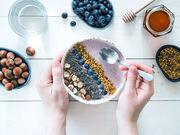 Τροφές που προκαλούν αέρια όπως το λάχανο, το κουνουπίδι, το μπρόκολο και τα κρεμμύδια.