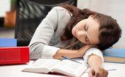 Επίσης σε περιόδους έντονου stress θα μπορούσαν να υιοθετήσουν προληπτικά μέτρα που στοχεύουν στην βελτιστοποίηση της λειτουργικότητας του μυϊκού συστήματος και στη μείωση της ευαισθησίας του. Σύμφωνα με μελέτες, αυτό επιτυγχάνεται με την έκθεση σε έντονο φως τις πρωινές ώρες. Ενέργειες που χαρίζουν περισσότερες ώρες έκθεσης στον πρωινό ήλιο είναι ευεργετικές. Για παράδειγμα, θετική επίδραση έχει ένας περίπατος ή επιλογή θέσης εργασίας κοντά σε παράθυρο με ανατολικό προσανατολισμό. Τα αντίθετα αποτελέσματα επιφέρει η έκθεση σε έντονο φως και ηλεκτρονικές συσκευές αργά το απόγευμα και το βράδυ», καταλήγει η Δρ. Νικολέτα Κοΐνη.