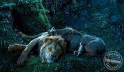 Ο Timon και ο Pumba προσφέρουν άφθονο γέλιο: όπως και στην πρώτη animation ταινία, έτσι και τώρα οι δύο αυτοί φίλοι του Simba κάνουν την ταινία ανάλαφρη, προσθέτοντας σκηνές με άφθονο γέλιο.