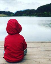 Πριν από μερικές ημέρες και αφού είχαν μεσολαβήσει μήνες από την τελευταία φορά που είχε μοιραστεί μαζί μας φωτογραφία του γιου της, η Σύλβια Δεληκούρα ανέβασε τη φωτογραφία που βλέπετε παραπάνω. Ο μικρός Ορφέας, φοράει την κόκκινη ζακετούλα του και ατενίζει τη θέα.