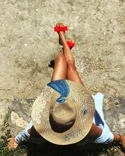 Όπως αυτή που κατάφερε να κρυφτεί η ίδια και η κοιλίτσα της κάτω από το εντυπωσιακό καπέλο