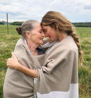 Gisele Bündchen: Δείτε την να ποζάρει στο φωτογραφικό φακό με τις πέντε αδερφές της (pics)
