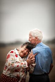 Ηλικιωμένα ζευγάρια ποζάρουν στο φακό αποδεικνύοντας ότι η αγάπη αντέχει στον χρόνο (pics)