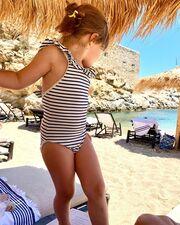 ...και μόλις χθες απαθανάτισε τη μικρή Διωνη στην παραλία με φόντο τη θάλασσα.