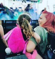 """""""Η Λυδία πήγε στην πρώτη της συναυλία! Και όχι σε όποια νά 'ναι... Είδαμε τον μπαμπά μας στη σκηνή για πρώτη φορά!?Σε ένα φανταστικό φεστιβάλ δίπλα στη θάλασσα μέσα σ ένα υπέροχο πάρκο! """" έγραψε μεταξύ άλλων η ευτυχισμένη μανούλα."""