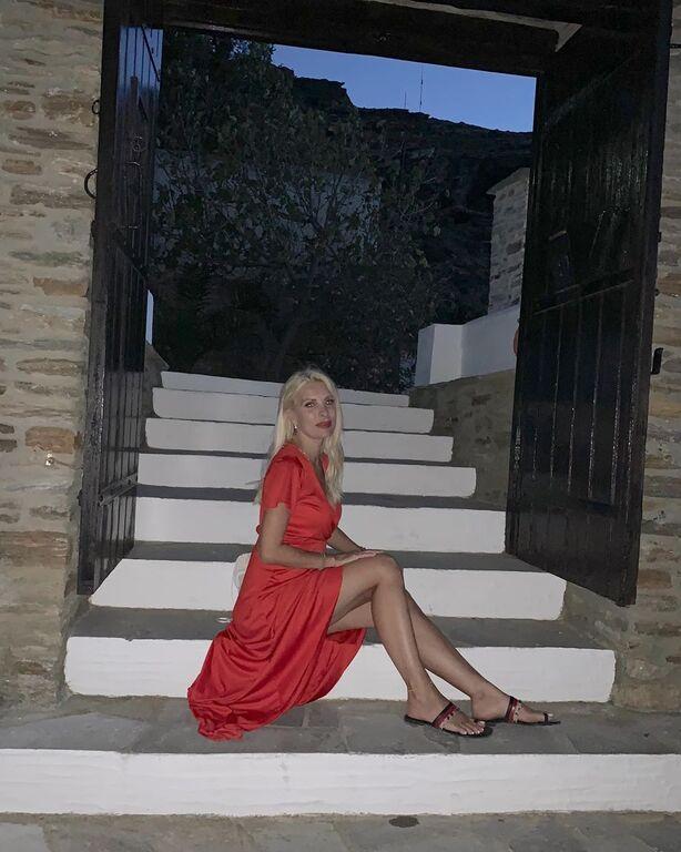 Μετά το κόκκινο φόρεμα που έκανε θραύση, η Ελένη Μενεγάκη, αποφάσισε να δημοσιεύσει μια παλιά της φωτογραφία για να καλημερίσει τους διαδικτυακούς της φίλους.