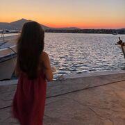 Αυτές τις μέρες βρίσκεται στην Πάρο και απολαμβάνει τις καλοκαιρινές της διακοπές μαζί με τα τρία της παιδιά και τον σύζυγό της, Θέμη Σοφό!