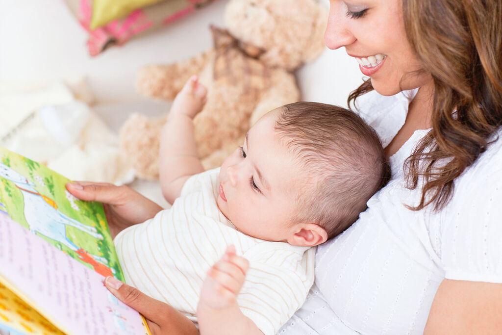 Δένεστε ακόμα περισσότερο με το μωρό - Το διάβασμα είναι μία δραστηριότητα που θα κάνετε μαζί με το μωρό σας και για όσο περισσότερο καιρό την κάνετε, τόσο καλύτερα θα μάθετε να επικοινωνείτε.