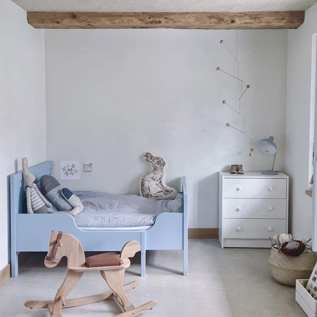 Προτιμήστε τη minimal διακόσμηση. Θα είναι πιο εύκολο για το παιδί σας να κινηθεί σε έναν τέτοιο χώρο. Επιπλέον η minimal διακόσμηση θα προσφέρει ηρεμία και αρμονία στο μωρό  σας.