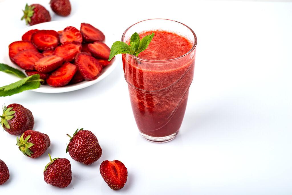 Υλικά: 1/2 κούπα γάλα αμυγδάλου / 1 κούπα παγωμένες φράουλες : Χτυπήστε στο μπλέντερ τα υλικά μαζί