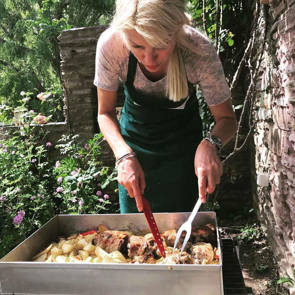 Η Ελένη Μενεγάκη λατρεύει το καλό φαγητό και της αρέσει πολύ να μπαίνει στην κουζίνα και να μαγειρεύει. Αυτό το έχει αποκαλύψει αρκετές φορές μέσα από την εκπομπή της.