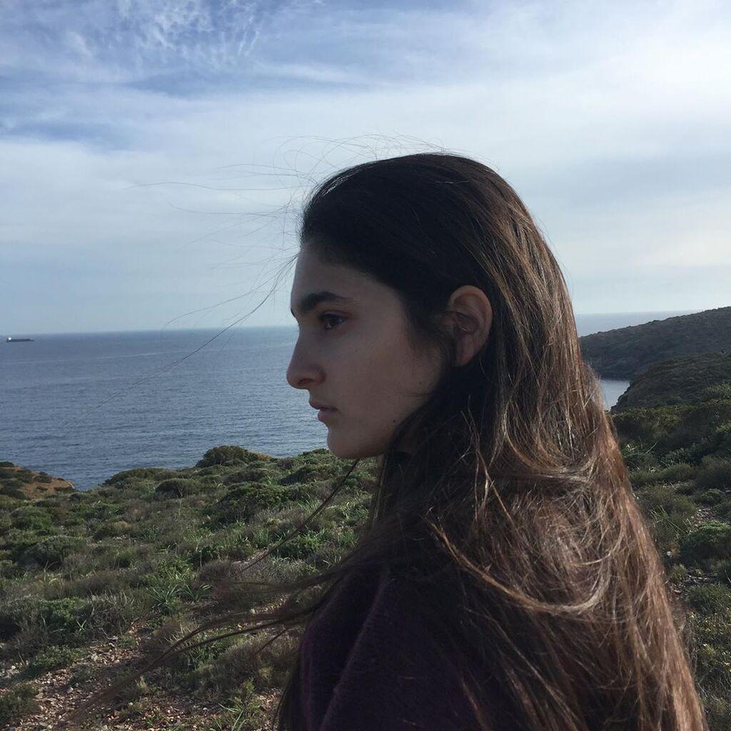 Αυτή είναι η Ρωξάνη, η 17χρονη κόρη της ηθοποιού. Η Ελίνα Ακριτίδου μοιράστηκε μαζί μας την πρώτη της φωτογραφία ανήμερα των γενεθλίων της κόρης της τον περασμένο Ιούνιο.