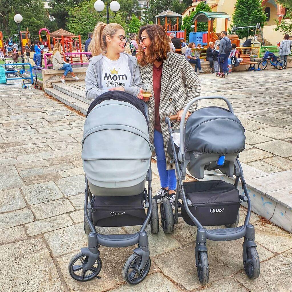 Η Τζένη Θεωνά και η Κατερίνα Παπουτσάκη είναι πολύ καλές φίλες και αρεκτά συχνά απολαμβάνουν παρέα περιπάτους με τα μωρά τους.