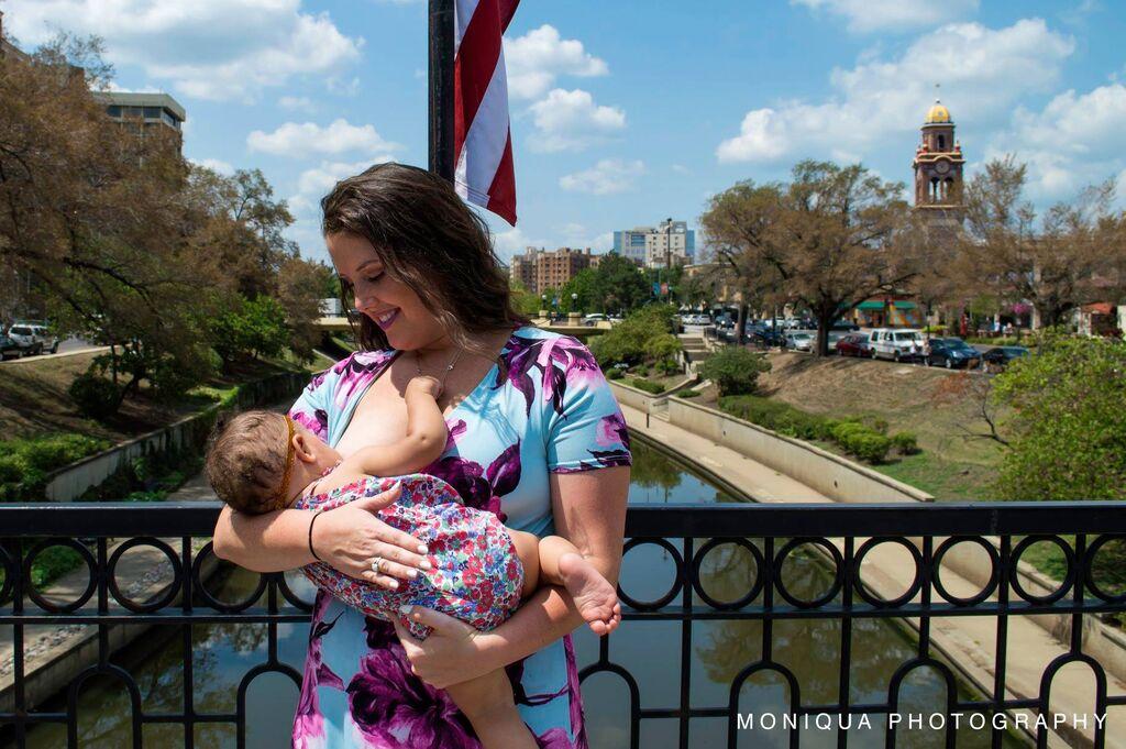 Φωτογράφος αποδεικνύει ότι οι μαμάδες μπορούν να θηλάσουν οπουδήποτε (pics)