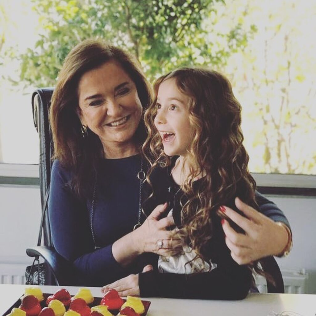Η πρώτη φωτογραφία με την εγγονή της, το Ντοράκι, όπως την αναφέρει χαρακτηριστικά και η ίδια η πολιτικός στην ανάρτησή της.