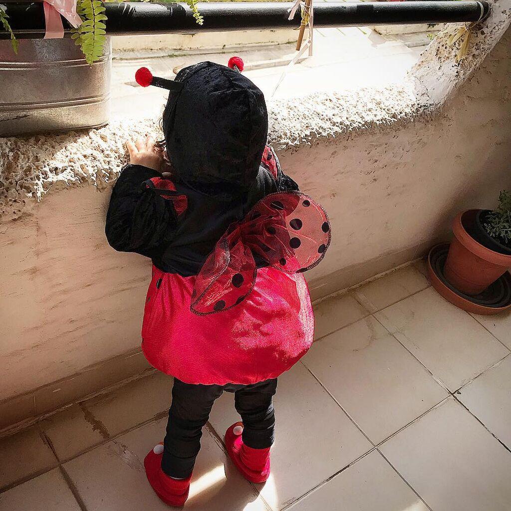 Μια παλιότερη φωτογραφία που είχε ανεβάσει στο Instagram της η διάσημη ηθοποιός. Η μικρή Μαρία - Μελίνα ντυμένη πασχαλίτσα, πιο γλυκιά από ποτέ.