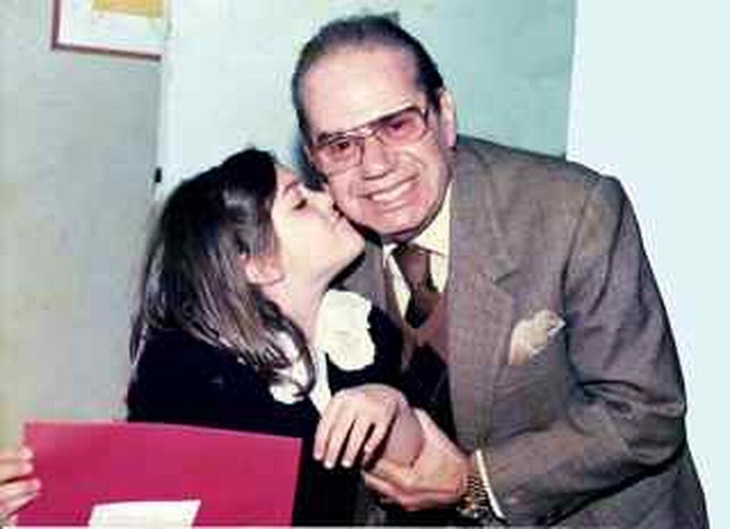 Ο Γιάννης Γκιωνάκης με την εγγονή του, Αναστασία Χρόνη. Την παιδική της αυτή φωτογραφία, έχει ανεβάσει η ίδια η Αναστασία στο blog της anastasiachroni.blogspot.com.