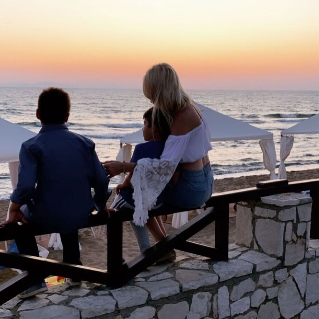 Η Φαίη Σκορδά και οι γιοι της, Δημήτρης και Γιάννης, απολαμβάνουν το ηλιοβασίλεμα.