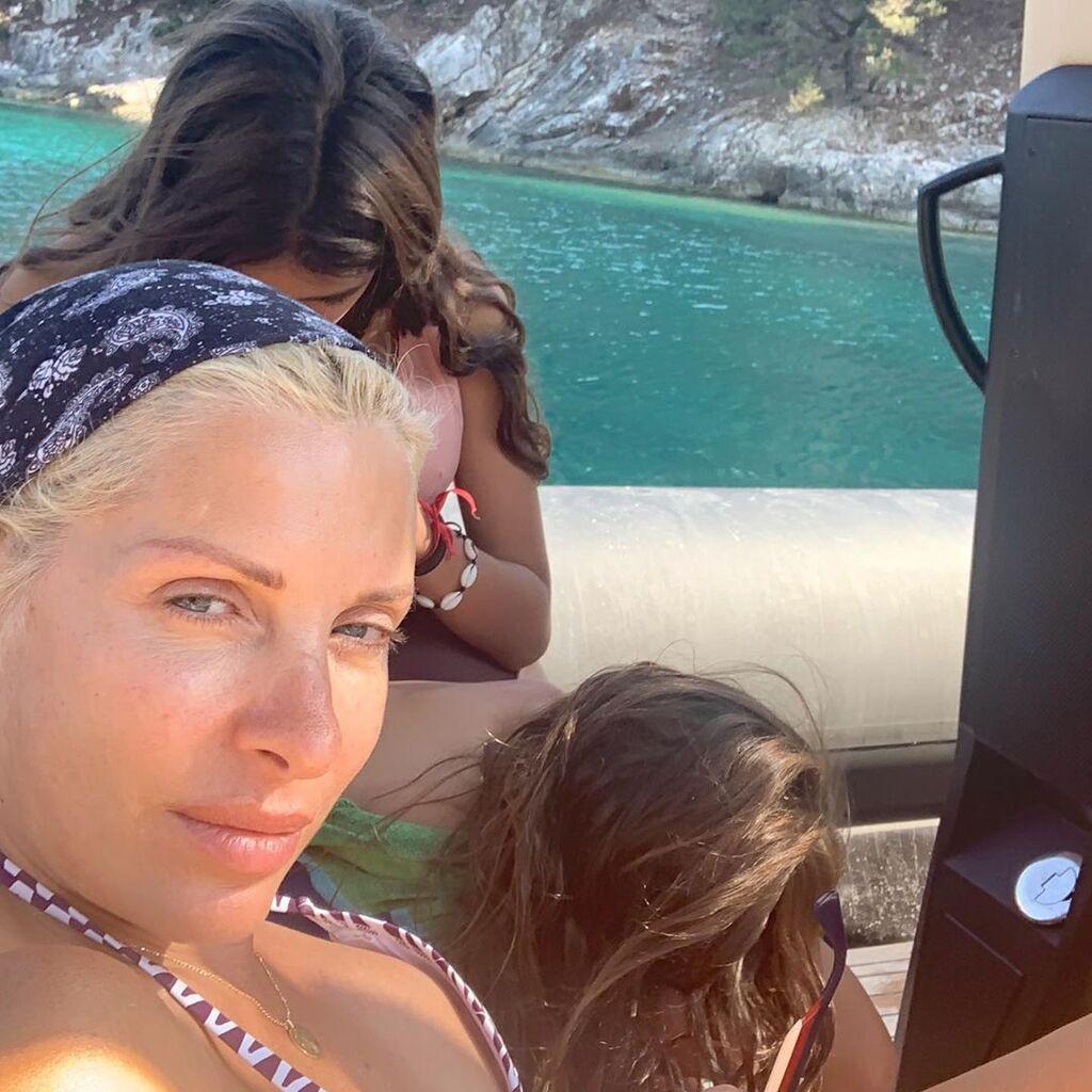 """""""Στην Κεφαλονιά με τα κορίτσια μου """", έγραψε η γνωστή παρουσιάστρια αποκαλύπτοντας σε ποιο νησί βρίσκεται."""