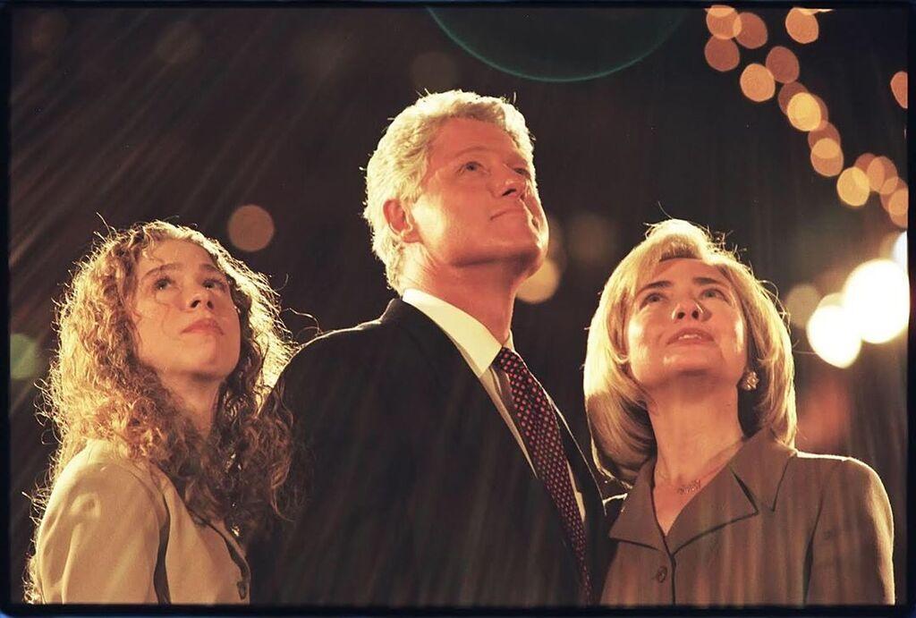 Ο Bill Clinton και η Hillary είναι σχεδόν 50 χρόνια μαζί. Καρπός του έρωτά τους η κόρη τους Chelsea, η οποία σήμερα είναι μαμά 3 παιδιών.