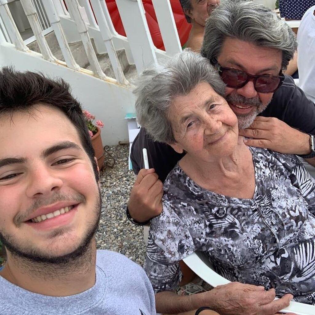 Η χαρά του δεν κρύβεται: Με τη μητέρα του και τον γιο του, Αγγελο