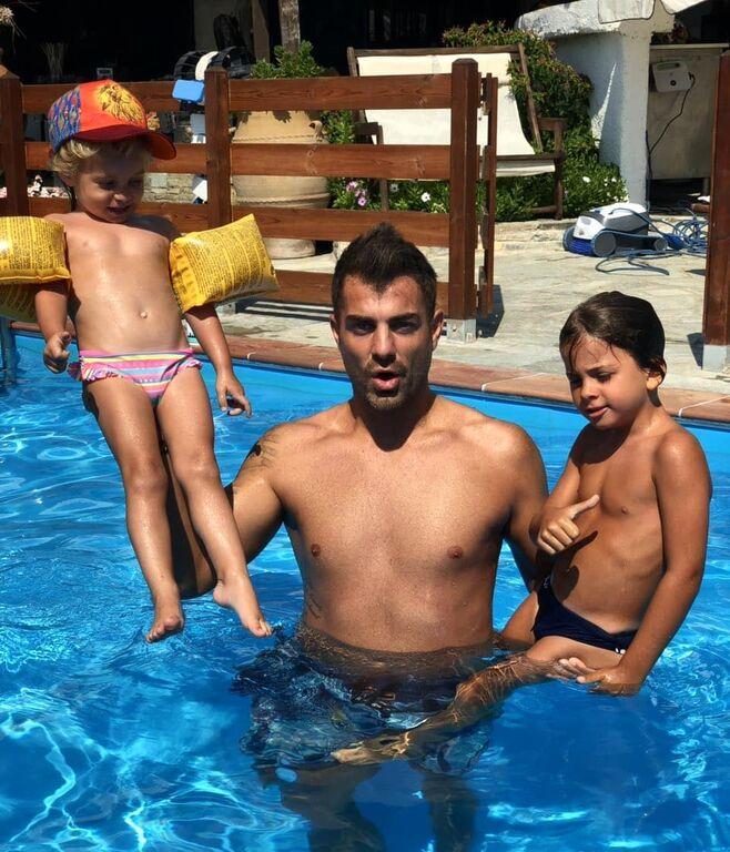 Ο Στέλιος Χανταμπάκης και η Όλγα Πηλιάκη έχουν δημιουργήσει μία πολύ όμορφη οικογένεια. Αυτήν την περίοδο απολαμβάνουν τις καλοκαιρινές τους διακοπές...